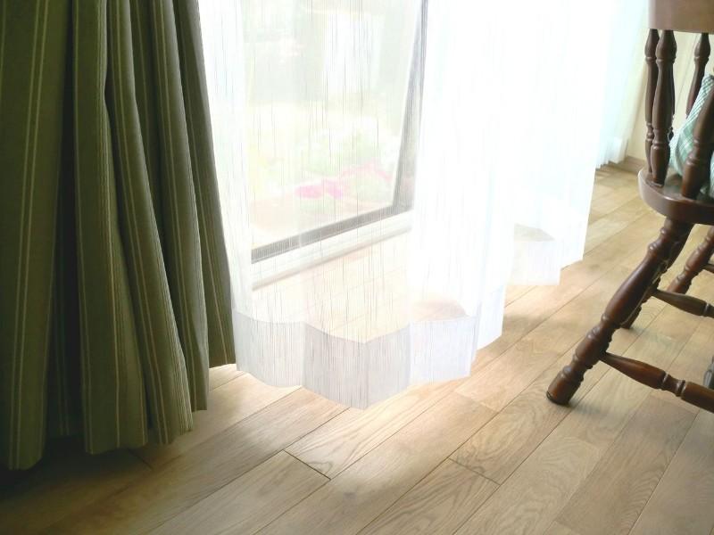 カーテンから漏れる淡い日差しがおだやかな空間を作っています。