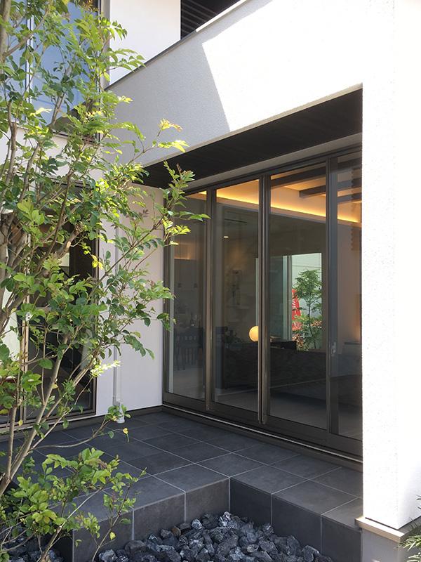 滋賀県・住宅展示場 黒に着色した製品を軒天に施工しました。