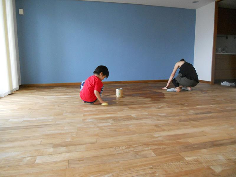 施工した後にお施主さまご家族が自分たちで塗布しています。思い出のひと時ですね!