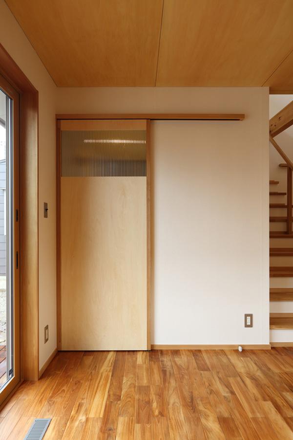 こちらは木製建具とチークの床材。これもまたゴージャスなコンビです!