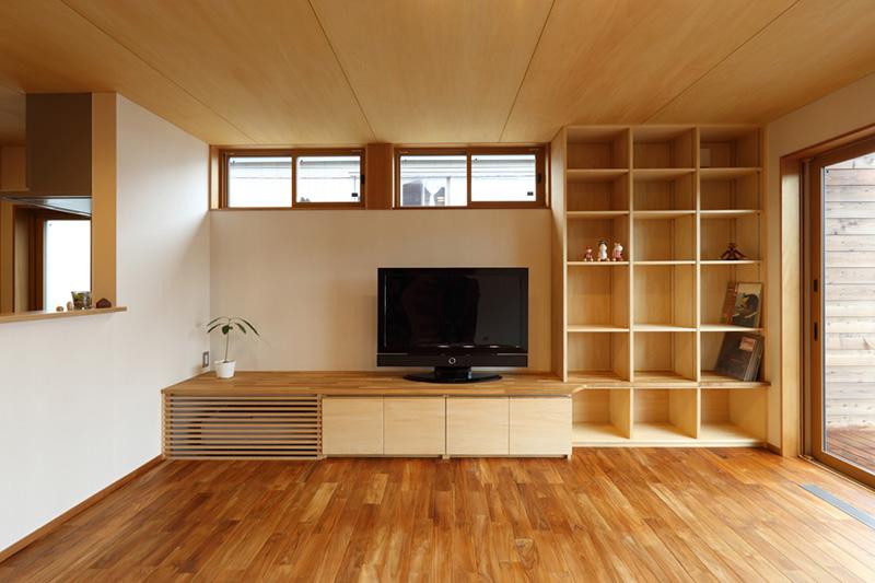 造り付けの家具とチークの無垢床材。何とも豪華な組み合わせです!