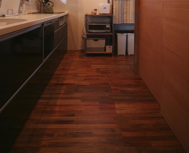 福島県・個人住宅 K様邸 キッチンにもアカシアの床材を。濃い色が空間を引き締まったものにしています。