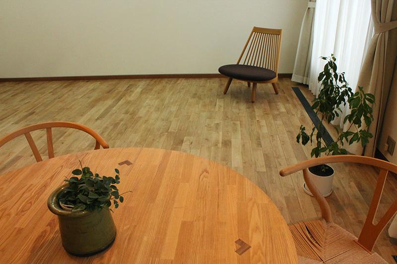 テーブルにも観葉植物を。なごやかな空間となっています。