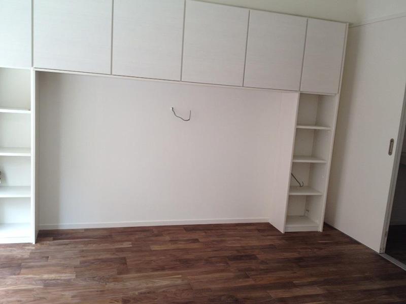 収納棚も白色で統一しており、ブラックウォールナットとのコントラストが美しいです。
