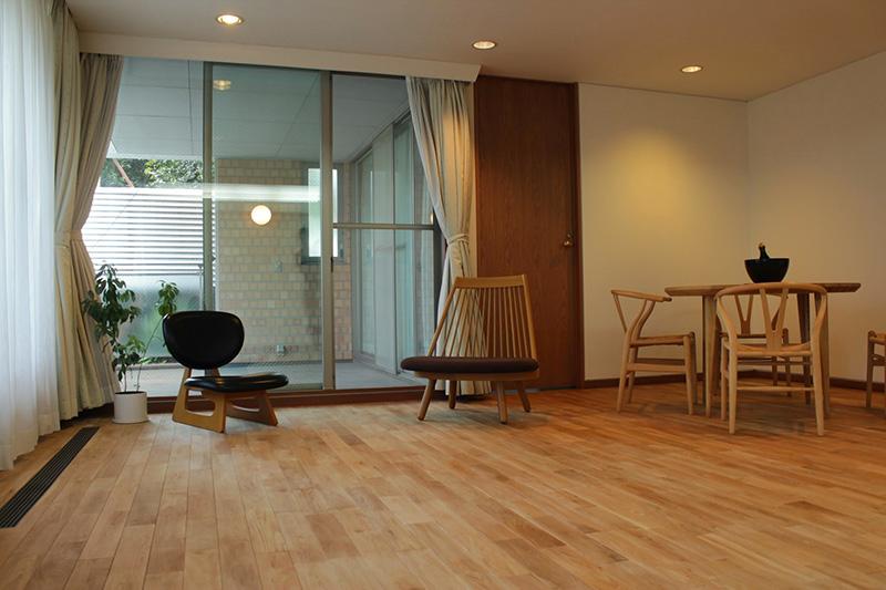 木製の家具がオーク材とともにウッディ-な空間を作っています。