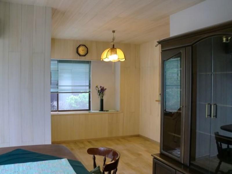 オークの床材と桐の羽目板と合わせるとお部屋全体が白基調となって、清潔感が増しますね1