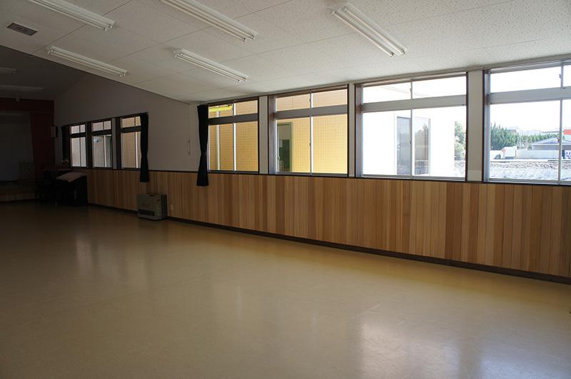 お遊戯室のような広い場所に施工すると腰板も一層豪華に見えますね!