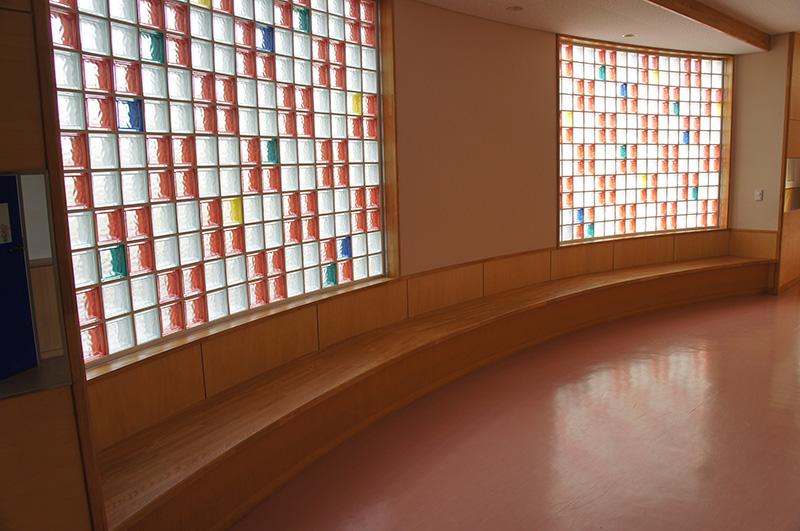 新潟県・公共施設 小学校の廊下の長椅子制作に採用されました!