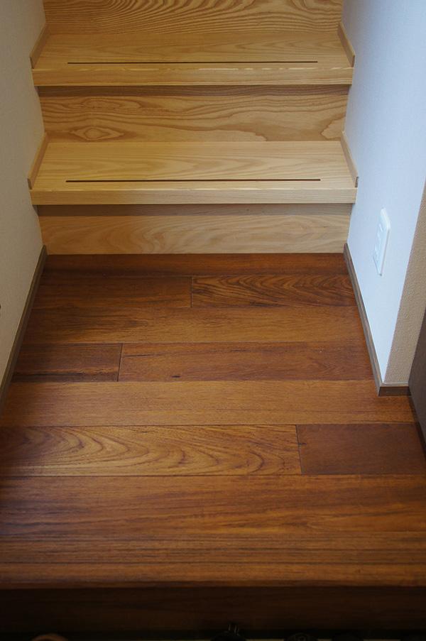 チークの床材と階段材はホワイトアッシュを。木目の強い樹種同士、色のコントラストが見事です!
