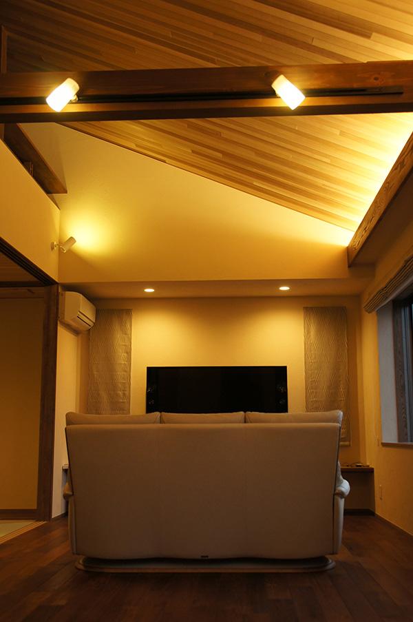 2階リビングの勾配天井にもレッドシダーを。