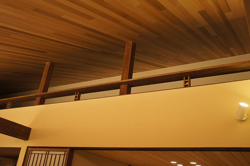 レッドシダーの勾配天井はロフトへと続いていきます。