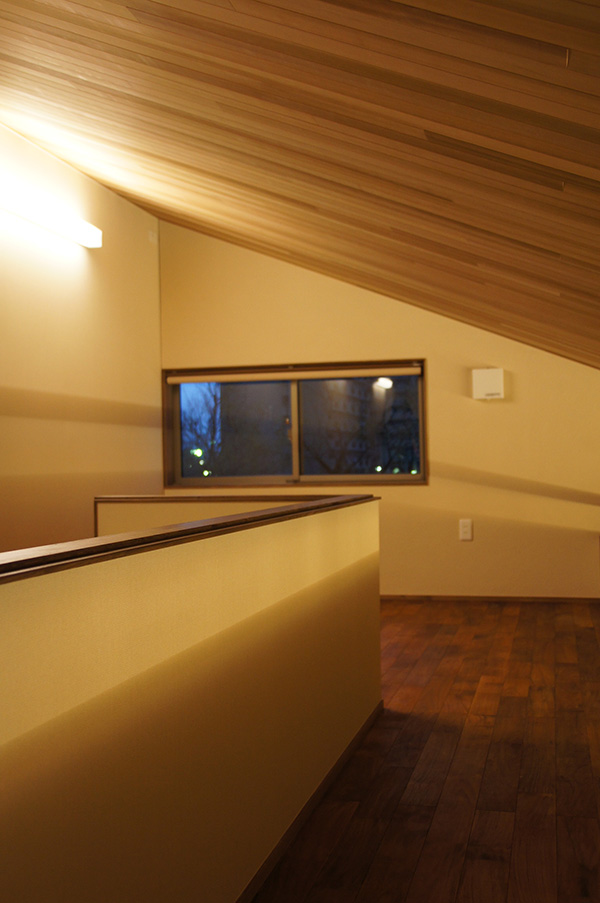 ロフト部もチークの床材を施工しています。勾配天井のレッドシダーとあわせてウッデイーな印象を与えています。