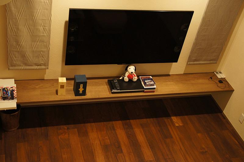 チーク床材との相乗効果で、TVカウンターも豪華に見えます。