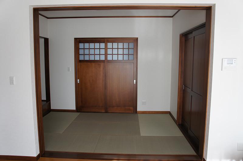 福島県・個人住宅 H様邸 ダークブラウンに塗装したアガチスの建具。落ち着いた雰囲気を出しつつも、重厚感を感じられる空間です。