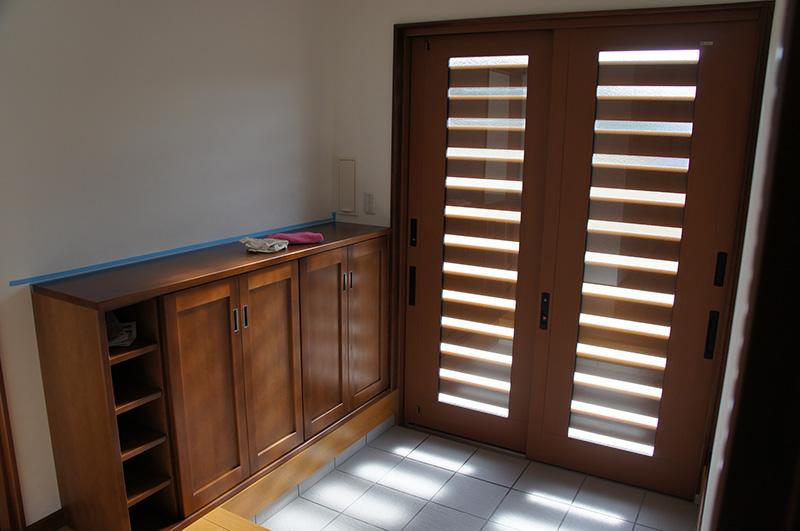 玄関戸からもれた日差しが、おだやかな空間を作っています。
