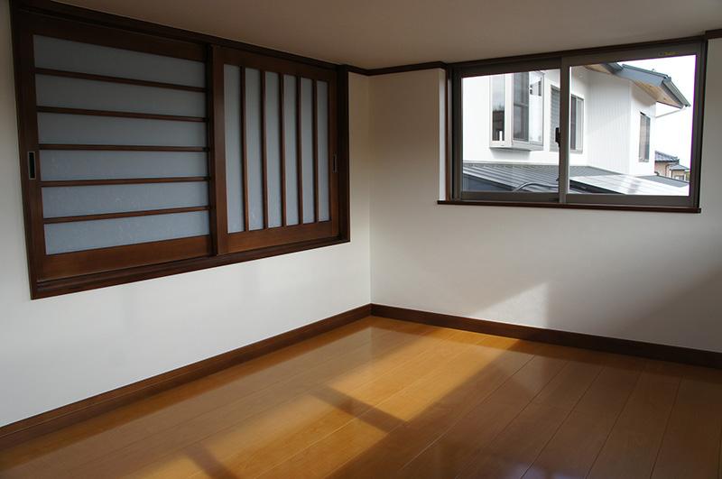 格子が縦横それぞれにしつらえられた窓。空間にアクセントを付けています。
