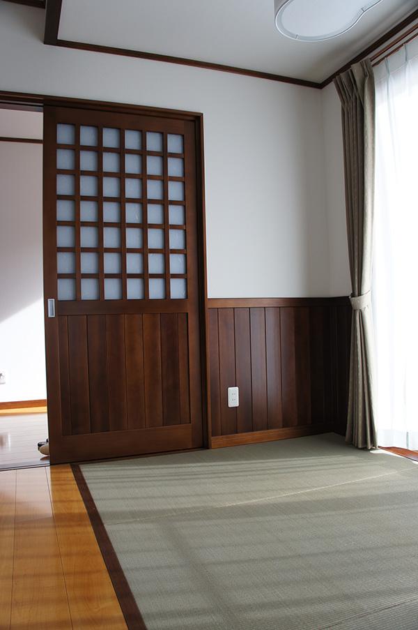 アガチスの建具と腰板。どちらも手作業で作成されており、職人さんの匠の技が光ります!