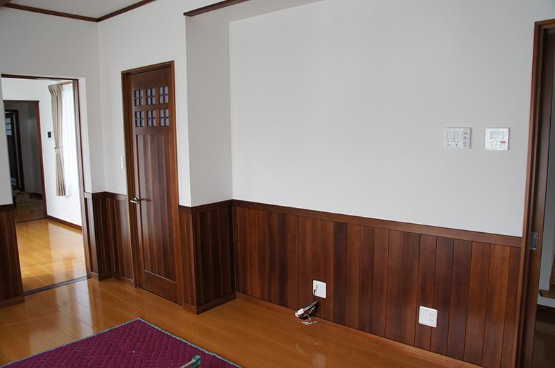 福島県・個人住宅 H様邸 職人さんが建具といっしょにハンドメイドで制作した腰板です!