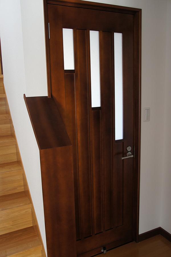 ドアのガラスの長さがそれぞれ違っており、ユニークなデザインですね!