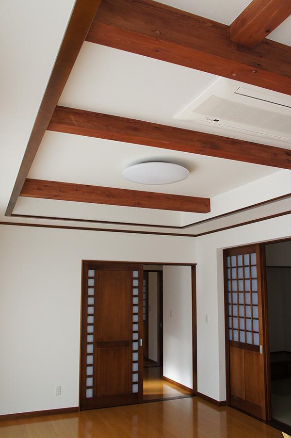 梁とも色合いを統一しています。天井が高く感じられますね!