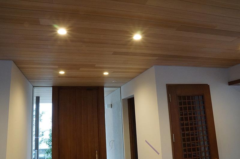 アガチス羽目板が建具材の高級感を引き立たせています。