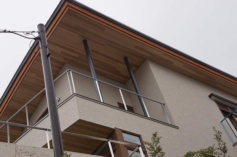 かなり広い面積の軒天にアガチス羽目板を使用しています。
