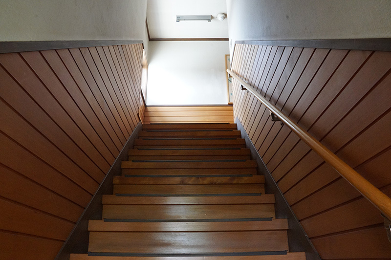 階段部分にもアガチスを。ウッディーな空間ですね!