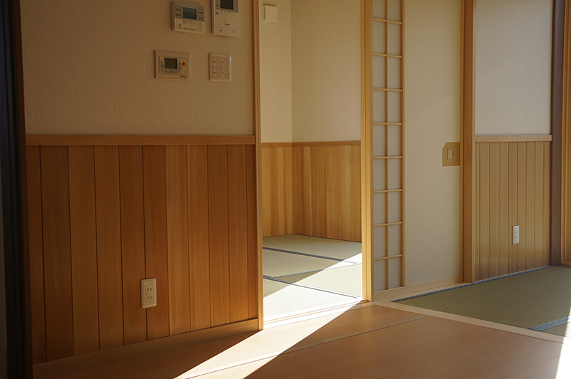窓からもれた日差しは、おだやかな空間を演出しています。