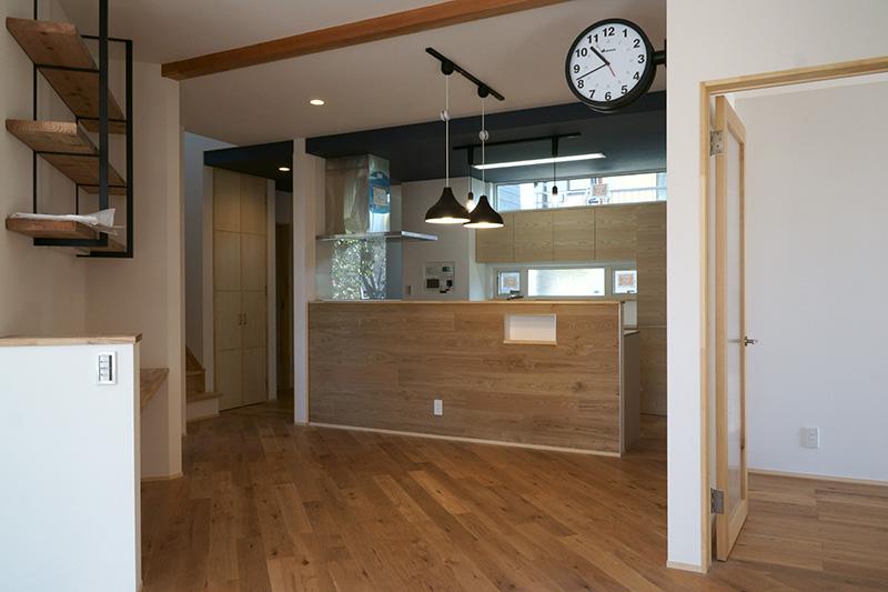 福島県・個人住宅 I様邸 斜め貼りという斬新な施工方法。見るものを引き付けますね!