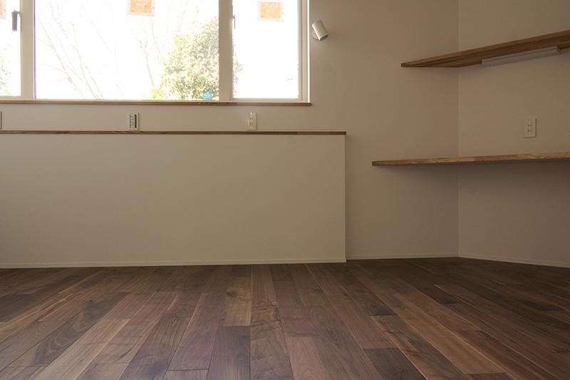 外の明るさと床面の落ち着いた色合いが印象的なコントラストになっています。