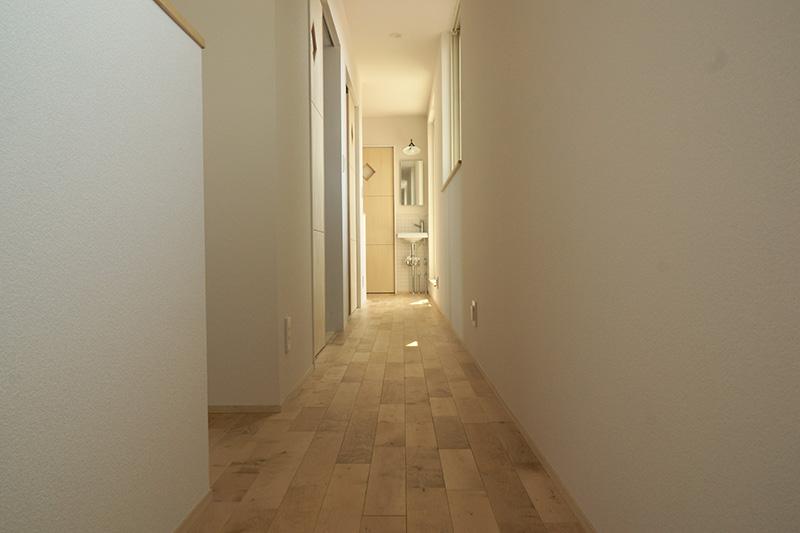 福島県・個人住宅 I様邸 2階の廊下部分にカバザクラの床材をご採用頂きました。白のクロスとあわせて清潔感のある空間となっています。