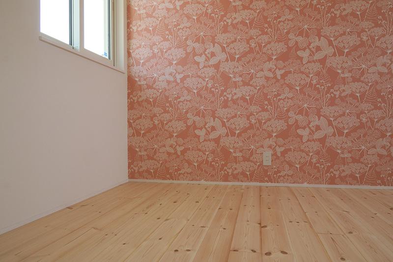 福島県・個人住宅 I様邸 可愛らしい壁紙とパインのカジュアルな木味は子ども部屋にぴったりですね!