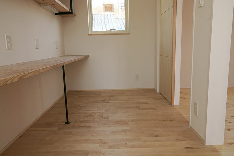 隣の部屋はパインの床材ですがカバザクラと同系色でもあり、ナチュラルテイストな仕上がりとなっています。