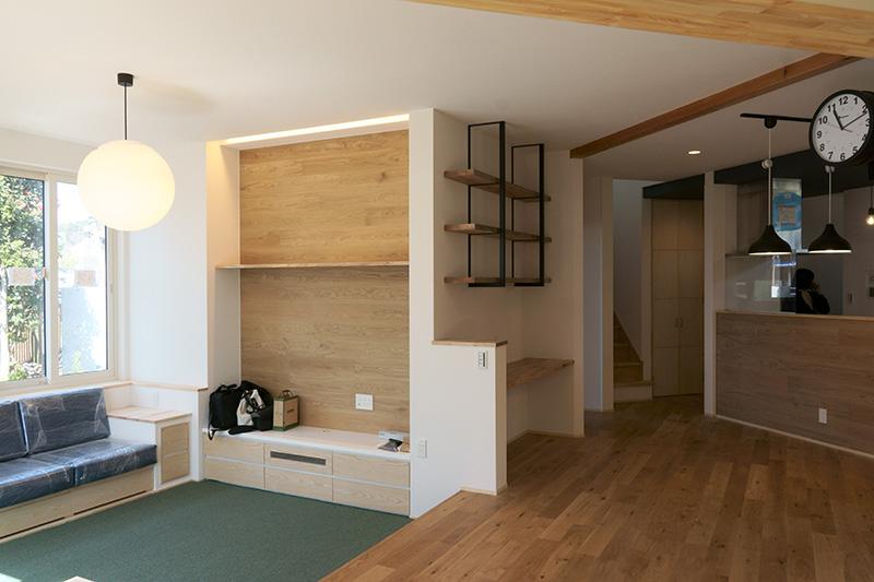 造り付けのソファーとオークのキャラクターマークがよりカジュアルな空間を作っています。