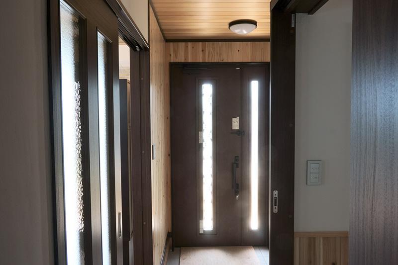 玄関部分は天井はアガチス、壁は柳杉でウッデイーな雰囲気に。