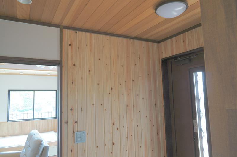 福島県・個人住宅 玄関部分に柳杉を。温かみのある空間ですね!