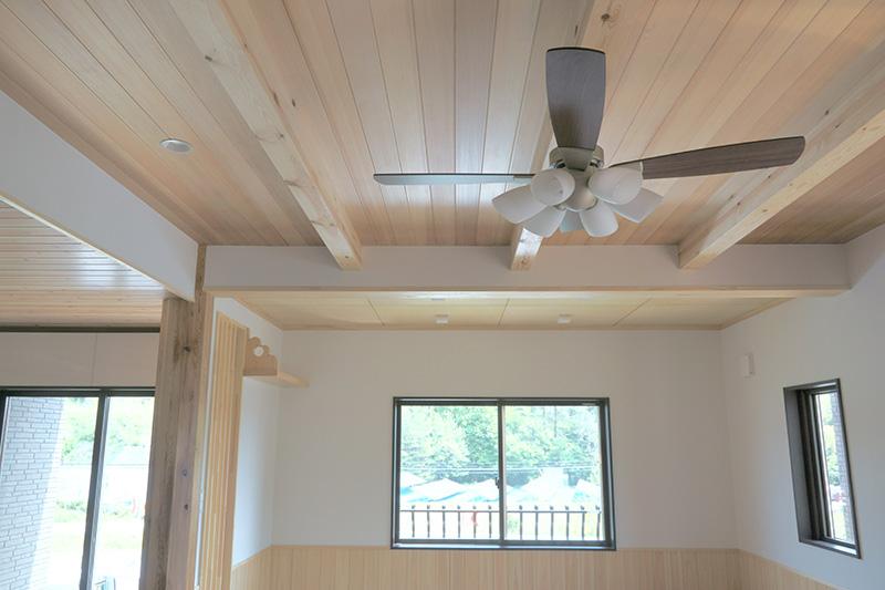 天井には梁もあわせて施工しており、豪華な空間となっています。