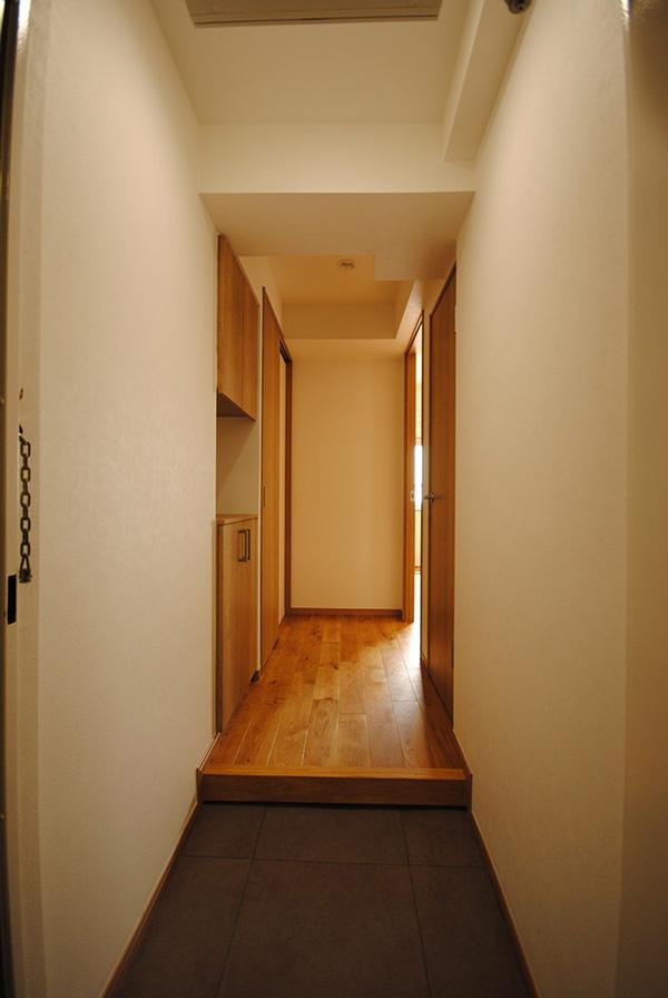 東京都・マンションリノベ 玄関部分はオーク材の框を使用し、統一感があります。