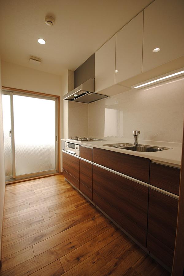 キッチンにもオーク材が施工されています。外からの光でキャラクターマークが美しい印象を与えています。