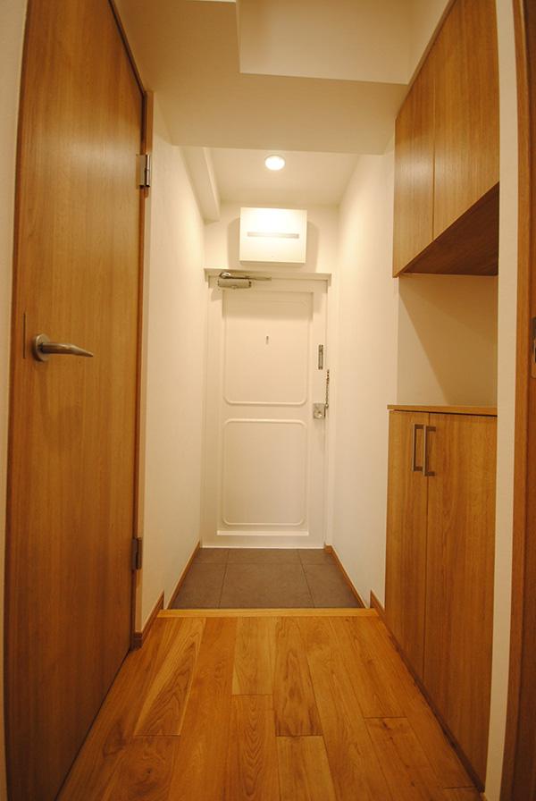 部屋側から玄関部を望みます。照明でシラタや節が美しく存在感を放っています。
