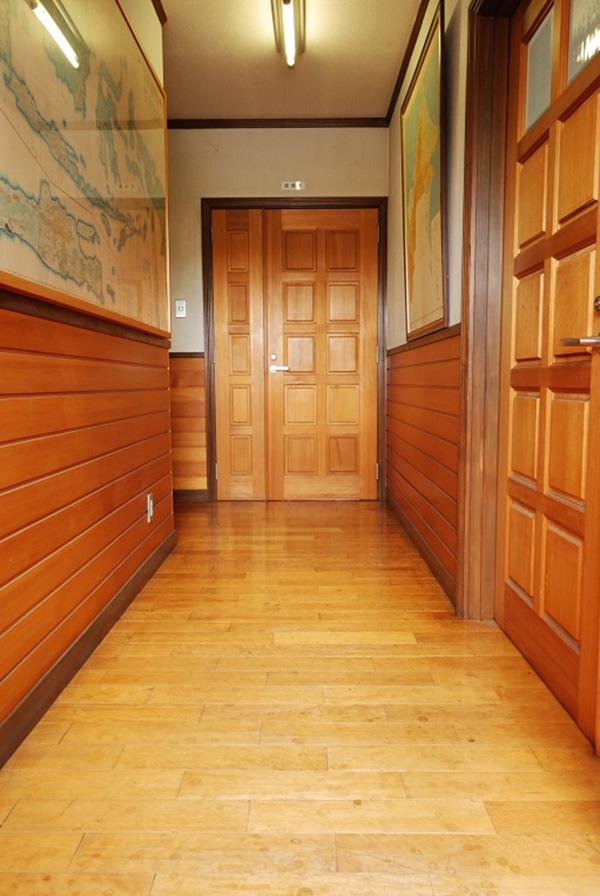 福島県・会社事務所 事務所2階の内装です。ドア、ドア枠、腰壁、見切、巾木と内装材ほとんどにアガチスを使用しています。