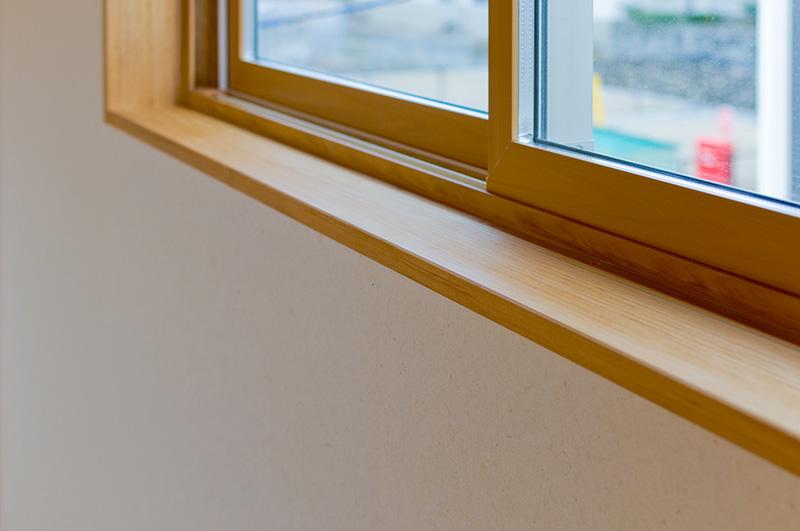 窓枠にアガチスを使用しています。おだやかな木目が空間にすんなりと馴染んでいます。