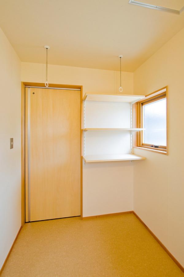窓枠・建具枠にアガチスが使用されています。