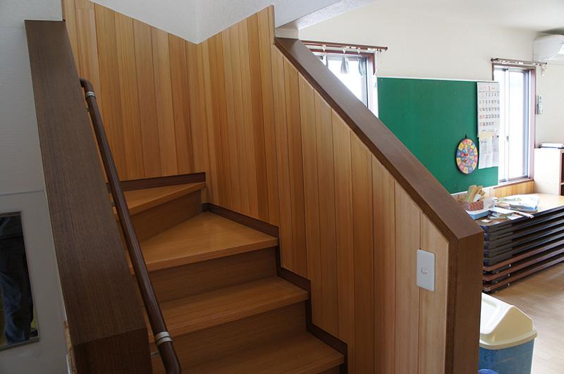 アガチス羽目板と階段枠や手すりとの納まりがきれいに整えられており、職人さんの技術の高さがうかがえます。