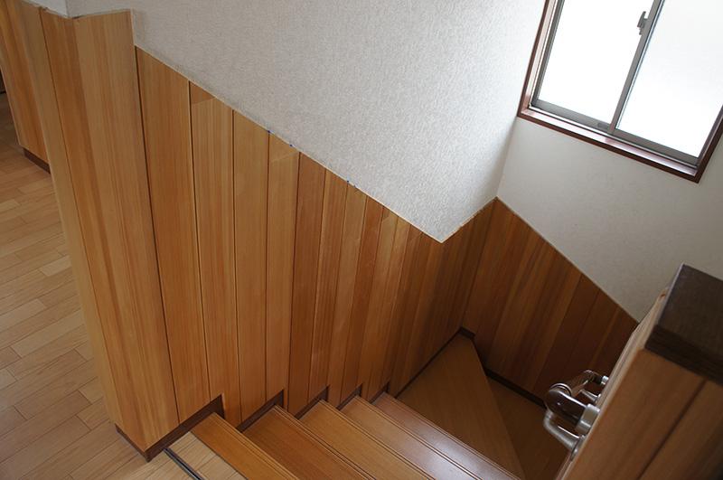 壁や階段との納まりが非常にシャープな印象です。