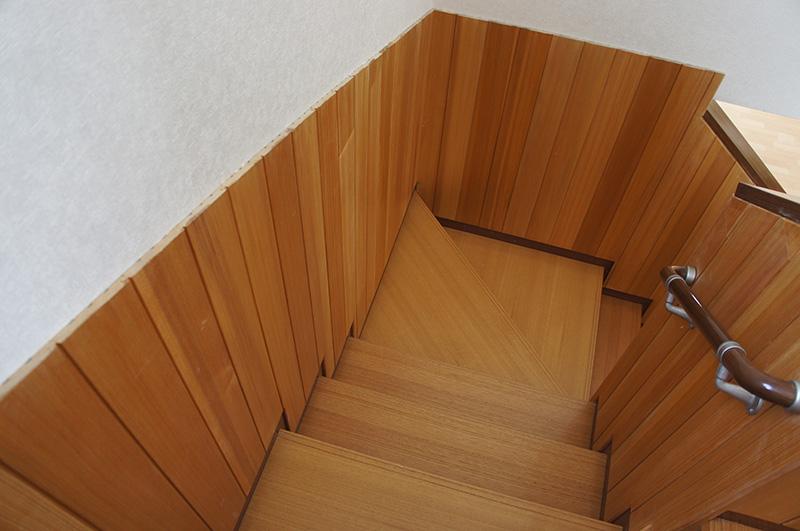 ウッディーな印象のある階段ですね!