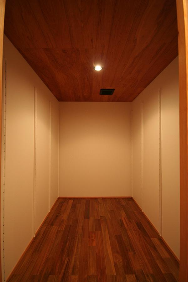 福島県・個人住宅 天井のレッドシダーと同系色の仕上がりです。