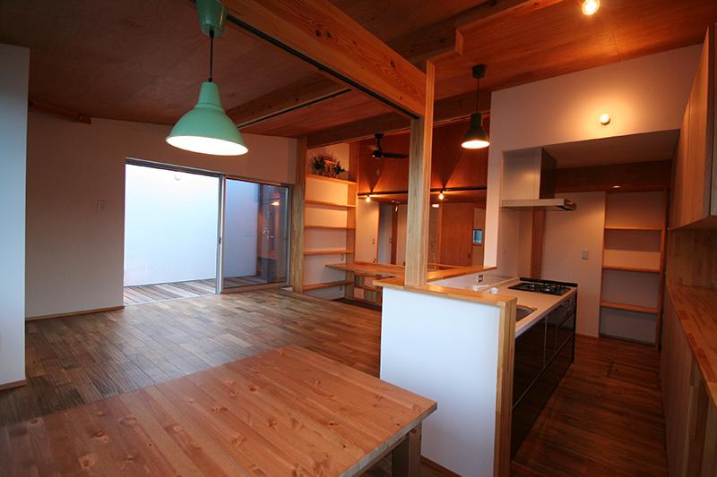 手前側の節ありパイン材のカウンターとアカシアの床材がカジュアルな空間を作っています。