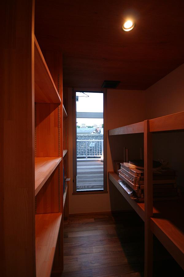収納部にもアカシアの床材を使用しています。