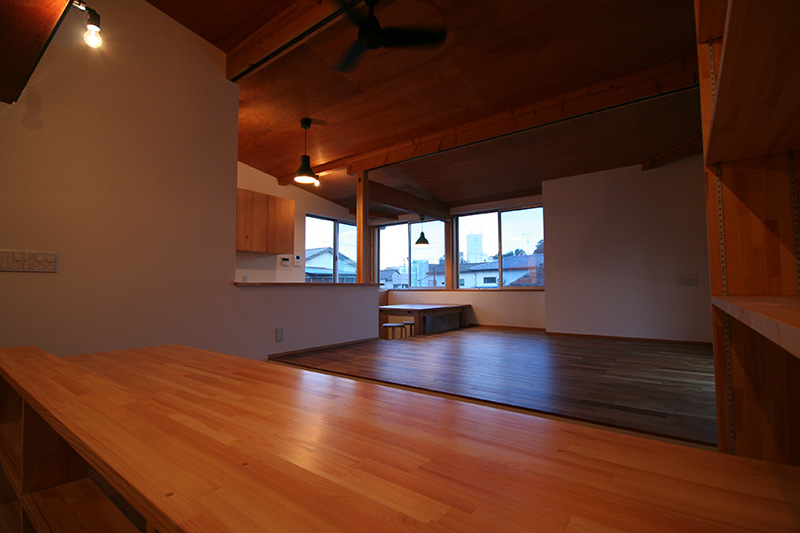 木製のカウンターも照明でオシャレな雰囲気をただよわせています。